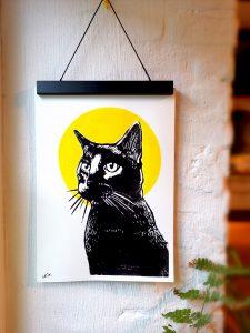 Black Cat | Linoldruck. Es handelt sich um einen Linoldruck mit dem Motiv schwarze Katze mit einem gelben Kreis Hintergrund.